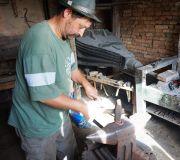 деревня Вискри,кузнец делает для нас подковы,оригинальные сувениры из Трансильваний